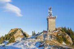 Sommet de Postavaru avec l'antenne de télécom, Roumanie Photo stock