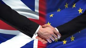 Sommet international d'amitié de poignée de main de la Grande-Bretagne et de l'UE, fond de drapeau banque de vidéos
