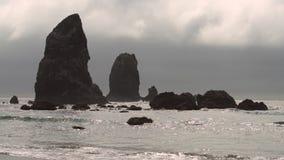 Sommets 4K de roche de meule de foin de plage de canon UHD clips vidéos