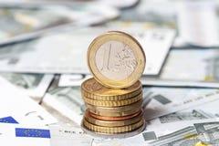 Sommige bankbiljetten op vijf euro en muntstukken Royalty-vrije Stock Fotografie