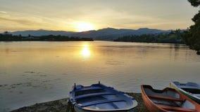 Sommige boten op een lakeshore bij zonsondergang Royalty-vrije Stock Afbeelding