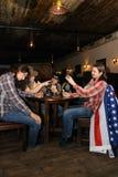 Sommige cowboys spelen kaarten Royalty-vrije Stock Afbeeldingen