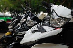 Sommige die motorfietsen bij een kant van de weg worden geparkeerd royalty-vrije stock foto's