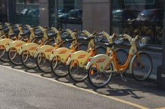 Sommige fietsen BikeMi in Milaan Stock Foto's