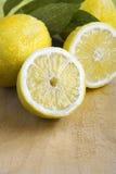 Sommige gele verse citroenen Royalty-vrije Stock Fotografie