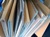 sommige gevouwen bruine dozen van kartonnen klaar te recycleren stock foto