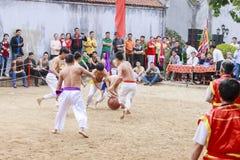 Sommige jonge mensen spelen met houten bal in festival maan nieuw jaar in Hanoi, Vietnam op 27 Januari, 2016 Royalty-vrije Stock Afbeelding