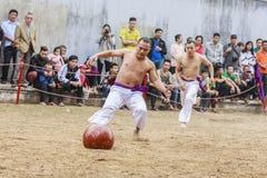 Sommige jonge mensen spelen met houten bal in festival maan nieuw jaar in Hanoi, Vietnam op 27 Januari, 2016 Stock Fotografie
