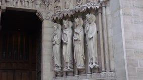 Sommige kleine beeldhouwwerken ingebed in de voorgevel van de Kathedraal van Notre Dame royalty-vrije stock foto