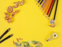 Sommige kleurpotloden van verschillende kleuren en een scherper Stock Foto