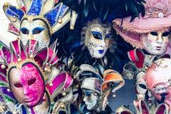 Sommige kleurrijke maskers voor Venetië Carnaval voor toeristen stock foto's