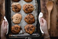 Sommige koekjes op het bakselblad stock afbeeldingen