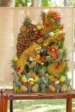 Sommige kunstwerken van het fruit van Vietnam artistiek die het snijden decoratiefestival in Tao Dan Park wordt gehouden om met h Stock Foto