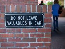 Sommige mensen die lopen vanaf verlaten geen kostbaarheden in autoteken stock afbeeldingen