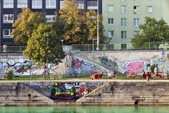 Sommige mensen hebben een onderbreking bij bij de pijler van het Kanaal van Donau - Wenen stock foto
