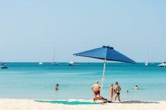 Sommige mensen ontspannen op het strand Royalty-vrije Stock Foto's