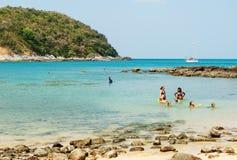 Sommige mensen ontspannen op het strand Royalty-vrije Stock Foto