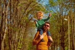 Sommige mensen weten enkel het hoe te vliegen Weinig jongensdroom om hoog op vaderschouder te vliegen De lanceringsdocument van d royalty-vrije stock fotografie
