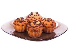 Muffins op een plaat op geïsoleerd wit Royalty-vrije Stock Foto