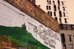 Sommige muurschilderingen verfraaien de voorgevels van een woondistrict van Barcelona stock afbeelding