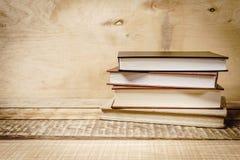 Sommige oude boeken op de lijst Stock Foto's