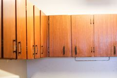 Sommige oude houten keukenkasten stock afbeelding