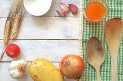 Sommige repiceingrediënten op een witte houten die lijst met een groen tafelkleed wordt verfraaid Royalty-vrije Stock Foto