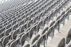 Sommige rijen van grijze stadionzetels Stock Afbeeldingen