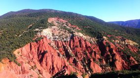 Sommige rode rotsen in de Atlasbergen in Marokko Stock Afbeelding