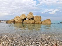 Sommige rotsen in het overzees in een de winterdag Stock Afbeelding
