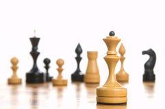 Sommige schaakstukken op een schaakbord Stock Foto's