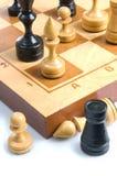 Sommige schaakstukken op een schaakbord Royalty-vrije Stock Afbeelding
