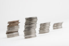 Sommige stapels muntstukken op wit Royalty-vrije Stock Foto's