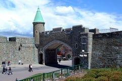Sommige toeristen die dichtbij St John poort lopen Royalty-vrije Stock Afbeeldingen