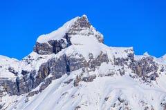 Sommità della montagna nelle alpi svizzere nell'inverno Fotografie Stock Libere da Diritti