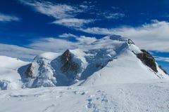 Sommità della montagna della neve di Montblanc in alpi Fotografia Stock Libera da Diritti