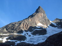 Sommità della neve, picchi di montagna rocciosa e ghiacciaio in Norvegia Fotografia Stock