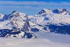 Sommità delle alpi svizzere che aumentano dal mare di nebbia Immagine Stock Libera da Diritti