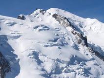 Sommità di Mont Blanc con la gente che si arrampica alla parte superiore Immagine Stock Libera da Diritti