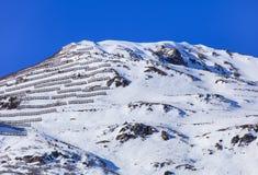 Sommità di una montagna con i recinti della neve per controllo della valanga Immagine Stock Libera da Diritti
