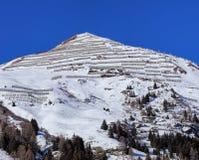 Sommità di una montagna nelle alpi svizzere con i recinti della neve Immagini Stock Libere da Diritti