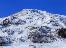 Sommità di una montagna nelle alpi svizzere con i recinti della neve Immagine Stock Libera da Diritti