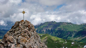 Sommità ed incrocio su un picco nelle alpi svizzere con una grande vista Fotografia Stock Libera da Diritti
