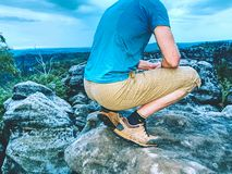 Sommità raggiunta del picco di montagna Turistico prenda un resto immagini stock libere da diritti