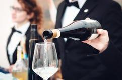 Sommlier служа стекло игристого вина в Alba Пьемонте, Италии стоковые изображения rf