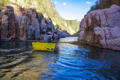 Somoto kanjon, Madriz, Nicaragua, Januari 4,2018: folk i kanoter i somotokanjonen, Nicaragua royaltyfria bilder