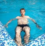 Somrar på poolsiden Royaltyfri Bild