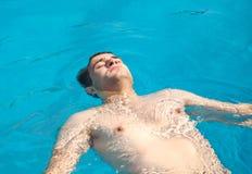 Somrar på poolsiden Royaltyfri Fotografi