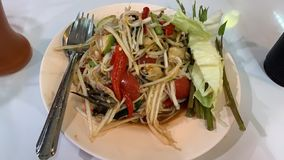 Somtum, пряная азиатская еда популярно с красочной папапайей стоковые изображения rf