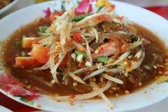 Somtum, пряная азиатская еда популярно с красочной папапайей стоковые фотографии rf